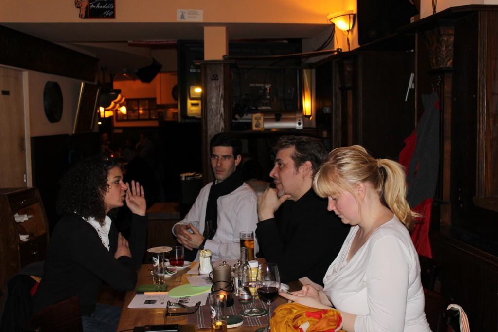 01. #SoMeK Stammtisch – Diskussion nach dem offiziellen Teil des Abends – fotografiert von Wiebke Schumann