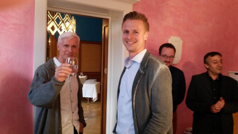 links Vine Experte Franz Josef Baldus in fröhlicher Runde